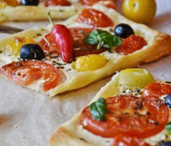Bladerdeegtaart met kaas en tomaat