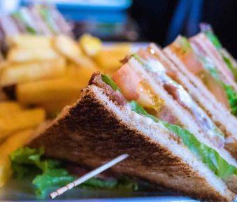 Clubsandwiches met tonijn, chorizo en ei