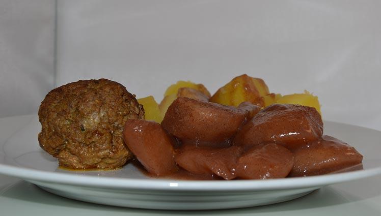 Stoofpeertjes met gekookte aardappelen en een gehaktbal