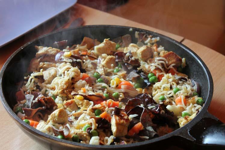 Gebakken aardappel met worst en spinazie schotel