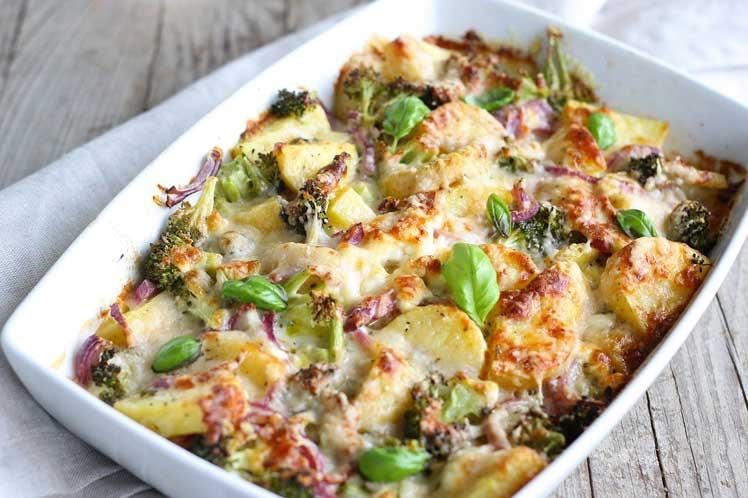 Aardappelschotel met broccoli