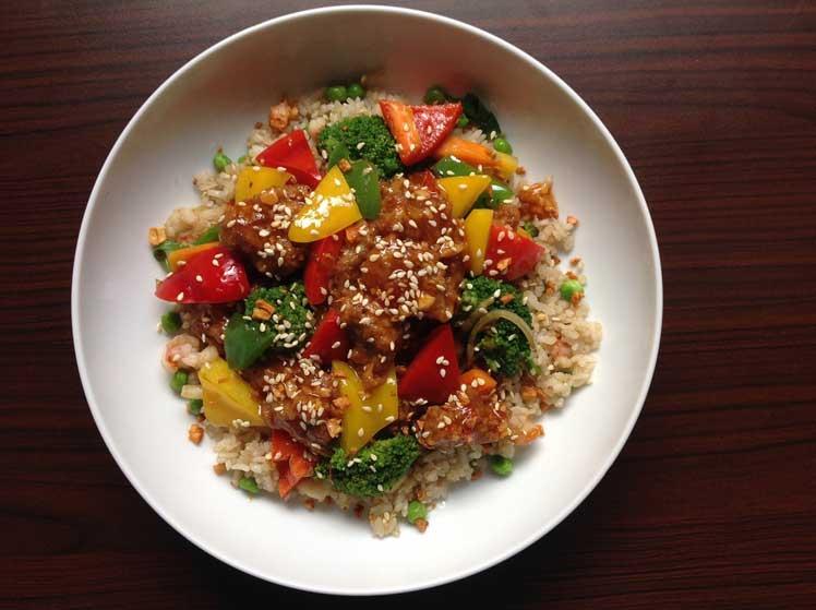 Gebakken rijst met groente en ei