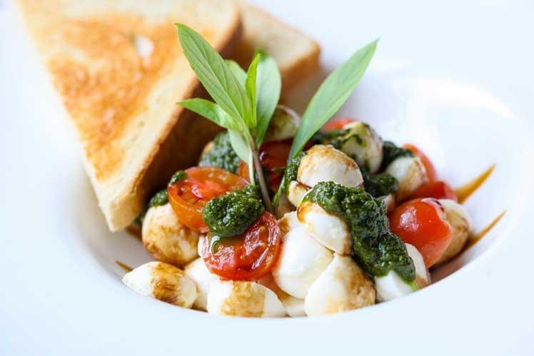Salade caprese met basilicumolie