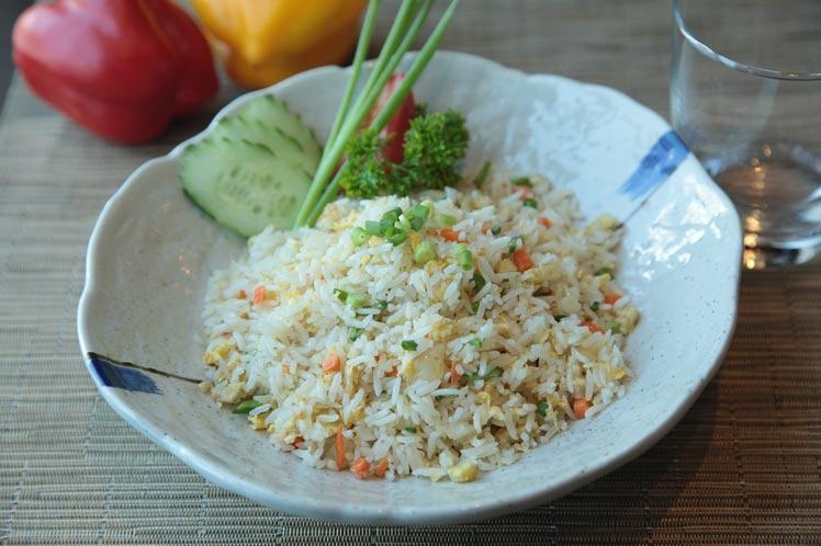 Gebakken rijst met groenten en omelet