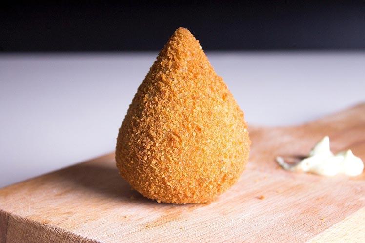 Coxinha, een Braziliaanse kipkroket in de vorm van een druppel.